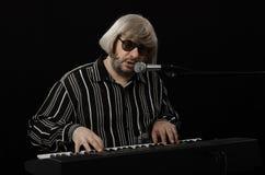 钢琴演奏家同时使用并且唱歌 免版税库存图片
