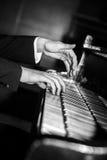 钢琴演奏家手使用黑白 免版税库存照片