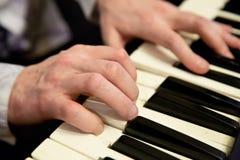 钢琴演奏家手和琴键 免版税库存图片