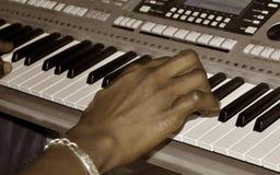 钢琴演奏家手 免版税库存照片