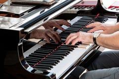 钢琴演奏家递特写镜头 弹钢琴的职业音乐家 免版税库存图片