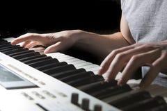 钢琴演奏家音乐家钢琴乐器使用 免版税库存照片
