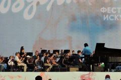 钢琴演奏者丹尼斯Matsuev在阶段执行 免版税库存照片