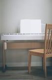 钢琴灰色背景奶油 木橡木 免版税库存照片