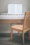 钢琴灰色背景奶油 木橡木 免版税图库摄影