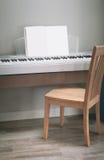 钢琴灰色背景奶油 木橡木 库存照片