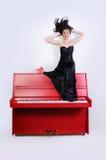 钢琴的女孩 免版税图库摄影