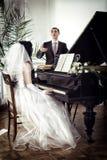 钢琴的青年人 免版税库存照片