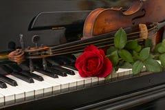钢琴红色玫瑰小提琴 库存图片