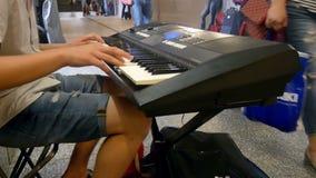 钢琴街道音乐特写镜头 影视素材