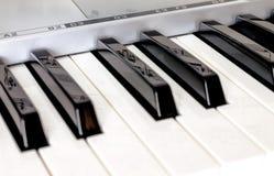 钢琴锁上与反射笔记的侧视图关于钥匙 库存图片