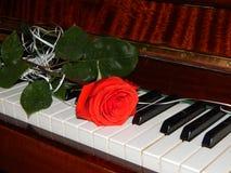钢琴锁上花音乐 免版税库存照片