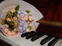钢琴锁上花音乐 库存图片