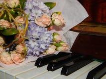 钢琴锁上花音乐 免版税库存图片