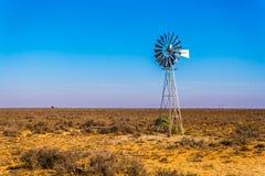 钢Windpump在半沙漠南部非洲的干旱台地高原地区在南非 免版税库存图片