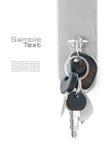 钥匙串在一个前门的锁的,隔绝在白色 库存图片