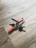 钥匙串在一张木桌上的 库存图片