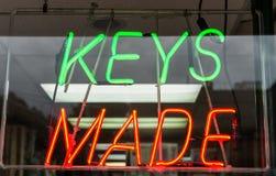 钥匙做了霓虹灯广告 免版税库存照片