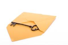 钥匙和信封 库存图片