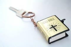 钥匙和圣经 免版税图库摄影