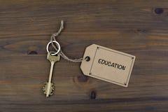 钥匙和笔记关于一张木桌与文本-教育 免版税库存图片