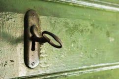 钥匙和锁在绿色木门 免版税库存照片