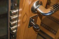 钥匙在房子的门道入口 免版税图库摄影
