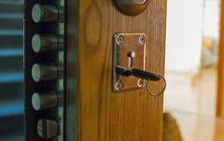 钥匙在房子的门 图库摄影