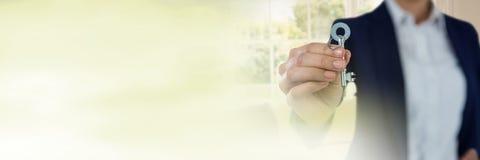 钥匙在手中与绿色窗口转折 免版税图库摄影