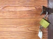 钥匙打开在一个木门的一把锁 免版税库存照片
