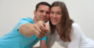 钥匙的特写镜头一栋公寓的在手上 免版税库存照片