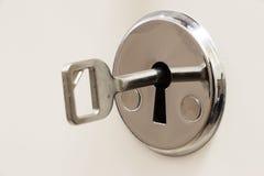 钥匙被插入入匙孔 库存图片