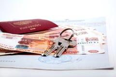 钥匙,护照,金钱是在证明的谎言 库存图片