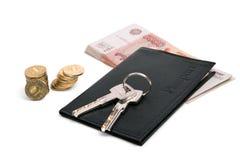 钥匙,护照,金钱 免版税库存图片
