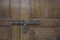 钥匙给古老金属门装门 库存图片