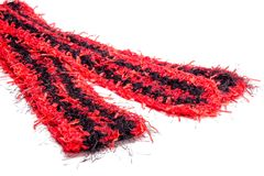 钩编编织物有条纹图形的乐趣毛皮黑和红色围巾 库存图片