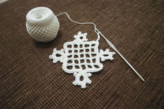 钩编编织物桌布的与米的样品或餐巾 免版税库存照片