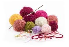 钩编编织物的色的羊毛螺纹球 免版税库存图片