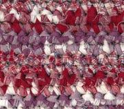 钩编编织物碎呢地毯在红色,白色和紫色树荫下 库存照片