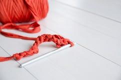 钩针和棉纱品卷在白色木背景的 钩针编织,爱好,针线,自我实现的概念 库存图片