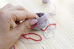 钩针编织在手中被编织的片断 图库摄影
