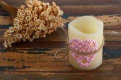 钩针编织在蜡烛的华伦泰心脏 免版税库存图片