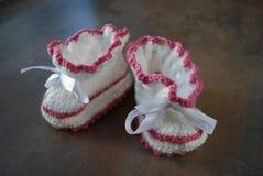 钩针编织婴孩牧夫座 孩子的第一双鞋子 库存照片