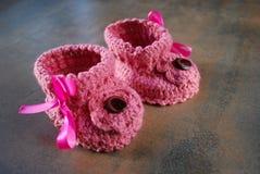 钩针编织婴孩牧夫座 孩子的第一双鞋子 免版税库存图片