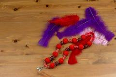 钩针编织手工制造红色小珠用垂饰樱桃 免版税库存照片