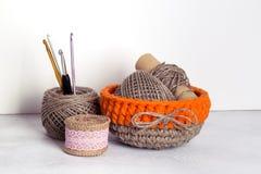 钩针编织橙色亚麻制篮子 库存照片