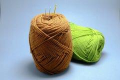 钩针编织毛线、缨子和钩针篮子  免版税库存图片