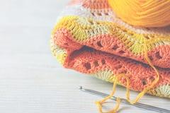 钩针编织的手工制造背景 在一朵黄色玫瑰c的被编织的织品 图库摄影