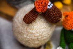 钩针编织的玩具绵羊 免版税库存图片