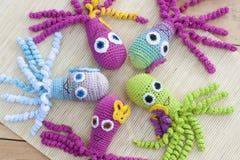 钩针编织编织用色的羊毛玩具章鱼 免版税库存照片